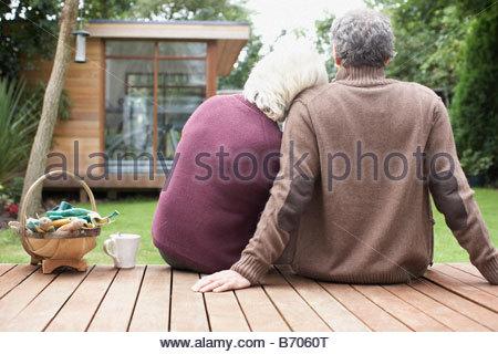 Paar, sitzen auf der Terrasse im Hinterhof - Stockfoto