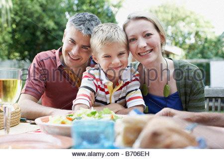 Familien genießen-Picknick im Garten - Stockfoto
