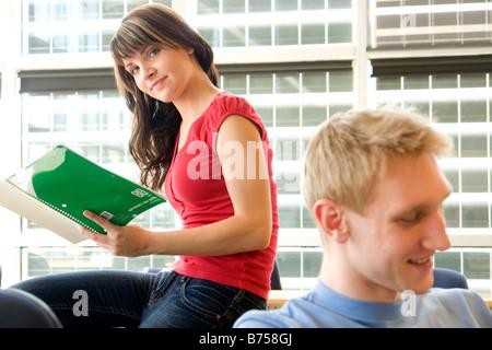 Studentin, Blick auf Notebook, männlichen Studenten Vordergrund in Fron solar getäfelte Fenster, Winnipeg, Kanada - Stockfoto