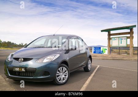 Mazda 2 geparkt viel am Sugarloaf Reservoir Park, Melbourne, Australien. - Stockfoto