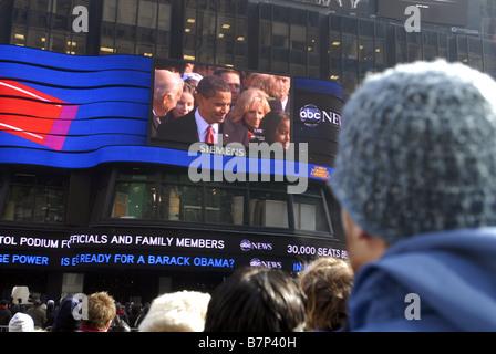 Tausende von Menschen versammeln sich auf dem Times Square in New York auf Dienstag, 20. Januar 2009, die Amtseinführung - Stockfoto