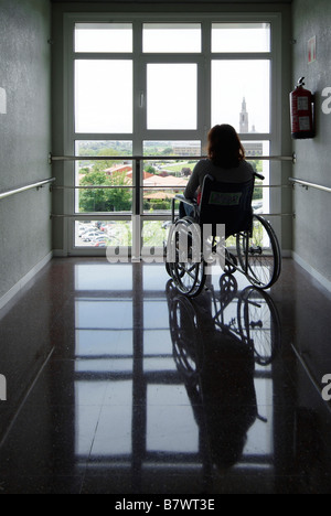 Frau im Rollstuhl am Cabueñes Krankenhaus, Gijón, Asturien, Spanien - Stockfoto