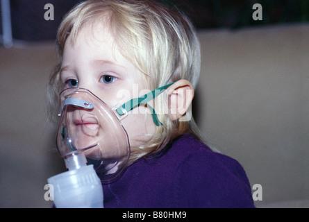 Kleine Mädchen, die Atmung in - Stockfoto