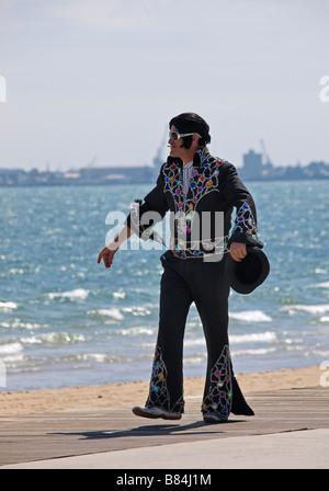 Mann verkleidet als Elvis auf Küste von St. Kilda in der Nähe von Melbourne, Victoria, Australien - Stockfoto