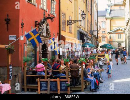 Menschen in Straßencafés und Restaurants am Stortorget Platz in der Altstadt von Stockholm - Stockfoto