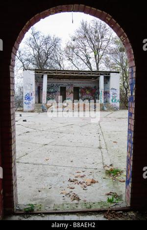 verlassene kleine theaterb hne mit viel graffiti nahe dem freundschaft der nationen denkmal in. Black Bedroom Furniture Sets. Home Design Ideas