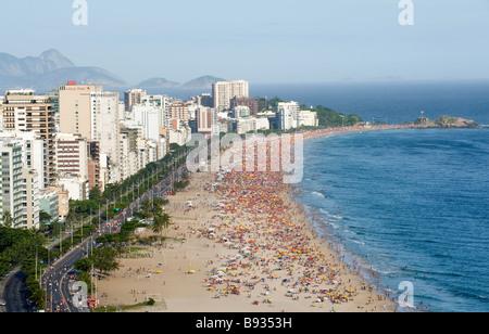 AM WOCHENENDE MENSCHENMASSEN AM STRAND VON IPANEMA, RIO DE JANEIRO, BRASILIEN - Stockfoto