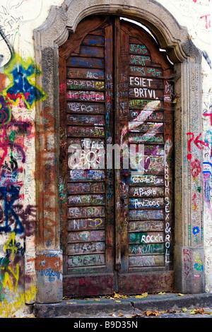 Haustür mit Graffiti, Prag, Tschechische Republik bedeckt. - Stockfoto