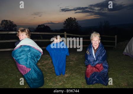 Schlafsack-Rennen in der Abenddämmerung - Stockfoto