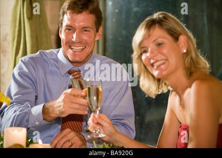 Paar in Liebe Toasten Getränke im fine-dining restaurant - Stockfoto