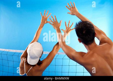 Junge Erwachsene, Volleyball spielen - Stockfoto