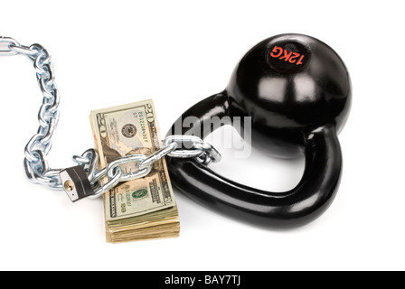 Ein Stapel Bargeld sitzt gut geschützt, während mit einem Vorhängeschloss und Ball und Kette gesichert - Stockfoto