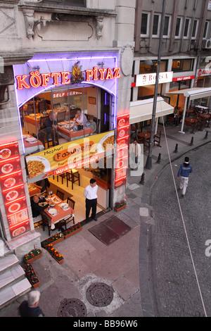 Istanbul Türkei türkische Köfte-Café-Restaurant am Abend in der Nähe von Eminönü - Stockfoto
