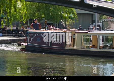 London, Camden Lock Market, Wasserbus Lastkahn oder Boot Gardenia auf die Regents Canal unter Brücke mit Trauerweide - Stockfoto