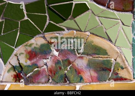 Viwew auf Mosaik Wand aus Keramik Fliesen gebrochen. Antoni Gaudi, der Park Güell, Barcelona, Spanien. - Stockfoto