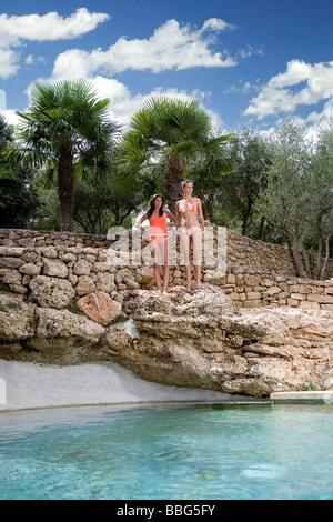 Frauen am provinziellen Pool - Stockfoto