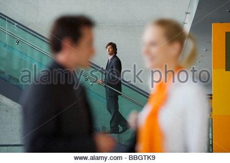 Geschäftsmann beobachten paar talk - Stockfoto