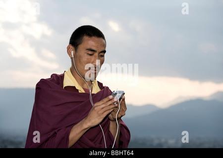 Pokhara, Nepal; Mönch, i-Pod hören - Stockfoto