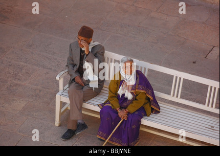 Ältere indische paar auf Bank am Mehrangarh Fort Jodhpur Rajasthan. - Stockfoto