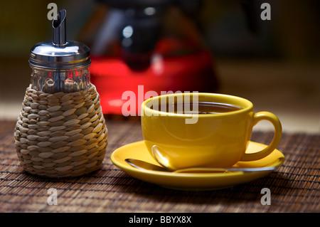 Tee in gelbe Tasse auf Tisch - Stockfoto