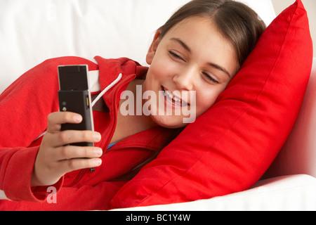 Junges Mädchen lesen SMS - Stockfoto