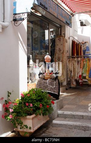 Modell einer alten Frau mit einem Korb sitzt außerhalb ein Souvenirladen in Calvi, Korsika, Frankreich - Stockfoto