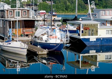 Hausboote in Budd Bay nahe der Innenstadt von Olympia, Washington. - Stockfoto