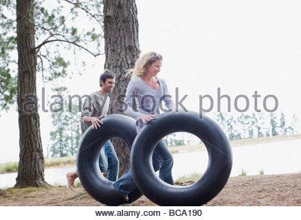 Paar Rollen Schläuche in der Nähe von See - Stockfoto