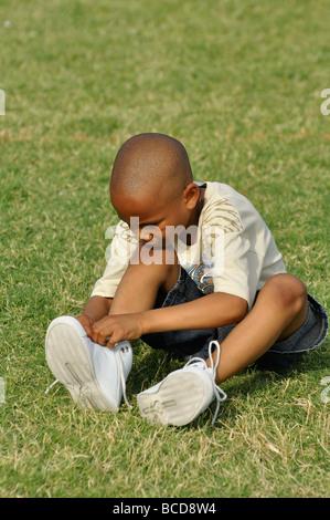 Junge binden Schnürsenkel - Stockfoto