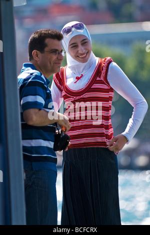 Türkei, Istanbul, Kabatas, Bosporus oder Bogazi, glückliche junge syrische paar, Flitterwochen, Bootsfahrt, sie - Stockfoto