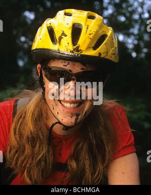 Porträt der Frau Mountainbiker w/schlammigen Stellen Alaska - Stockfoto