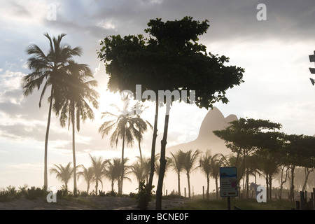 Ipanema Strand Rio de Janeiro bei Sonnenuntergang - Stockfoto