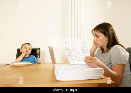 Mutter und Sohn am Tisch - Stockfoto