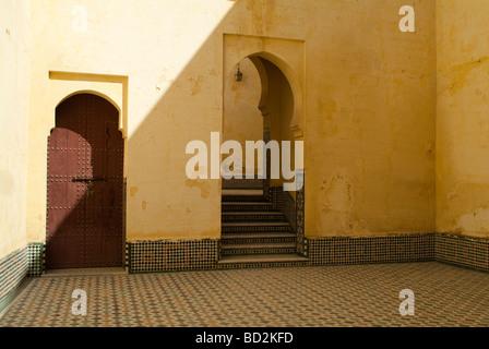 Bogen und Schritte im Innenhof des Mausoleum von Moulay Ismail Meknes Marokko - Stockfoto