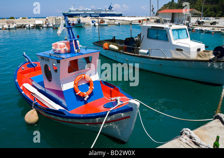 Blick über Poros Hafen mit lokalen Fischerei- und Sportboote auf der griechischen Mittelmeer Insel von Kefalonia - Stockfoto