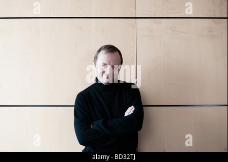 50 Jahre alter Mann Wand gelehnt - Stockfoto