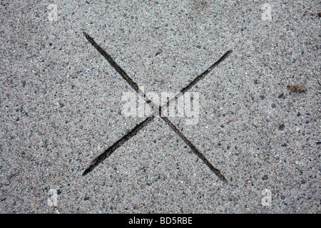 """Mark geschnitzt auf den Zement - Form eines """"x"""" - Stockfoto"""