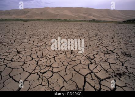 Dürre trockene rissige Politik der verbrannten Erde an Khongors Sanddünen in der südlichen Wüste Gobi, Mongolei - Stockfoto
