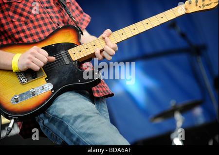 Ein Gitarrist auf der Bühne die Stimmung von den Reben Festival in Horam, Großbritannien. Bild von Jim Holden. - Stockfoto