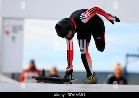 Ein Skelett-Racer liefen die Strecke vor dem Sprung auf. - Stockfoto