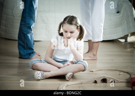 Trauriges Mädchen sitzen zwischen Eltern kämpfen - Stockfoto