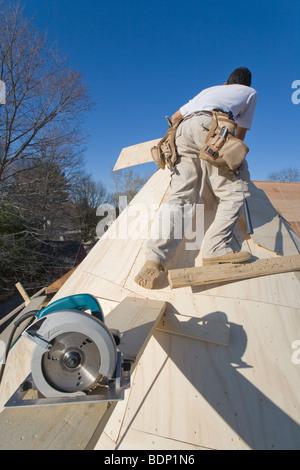 Tischler arbeiten auf dem Turm eines Hauses - Stockfoto