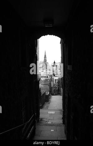 Ein Blick durch die Befürworter schließen entlang der Royal Mile Edinburgh Schottland UK - Stockfoto