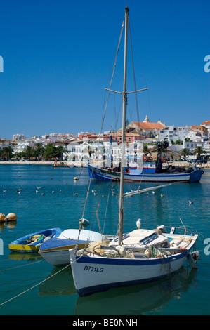 Portugal, Algarve, Lagos Hafen gesehen über Angelboote/Fischerboote - Stockfoto
