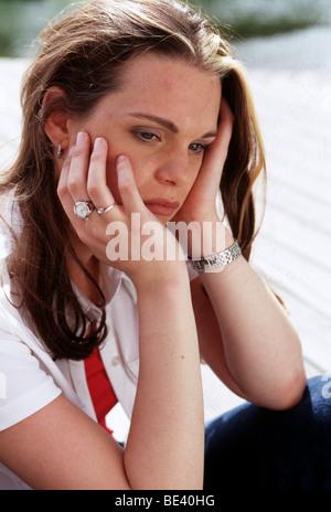 Junge Frau, die depressiv außerhalb - Stockfoto
