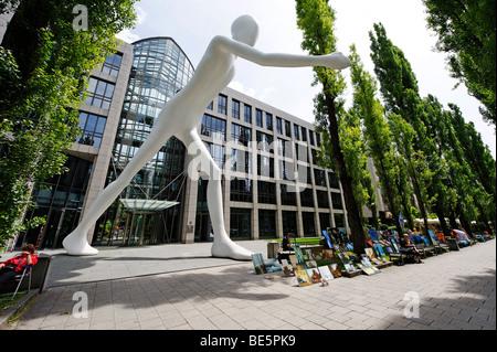 Menschen wandern, Skulptur von Jonathan Borofsky, 1995, vor dem Gebäude der Muenchener Rueckversicherung Versicherung - Stockfoto