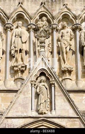 Heiligen an der Fassade des Dom St. Marien in Salisbury, Wiltshire, England, Vereinigtes Königreich, Europa - Stockfoto