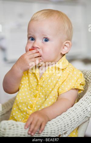 Ein Kleinkind Essen eine Erdbeere - Stockfoto