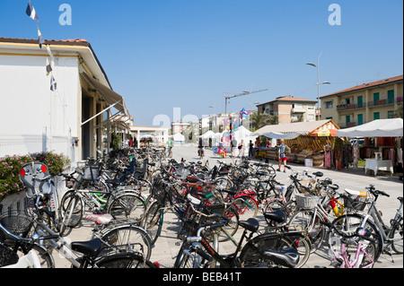 Fahrräder an der Promenade, Lido di Camaiore, toskanischen Riviera, Toskana, Italien - Stockfoto