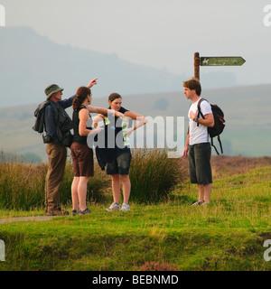 Eine Gruppe von vier Menschen zu Fuß auf dem Lande auf die Blorenge Hügel in der Nähe von Abergavenny Monmouthshire - Stockfoto